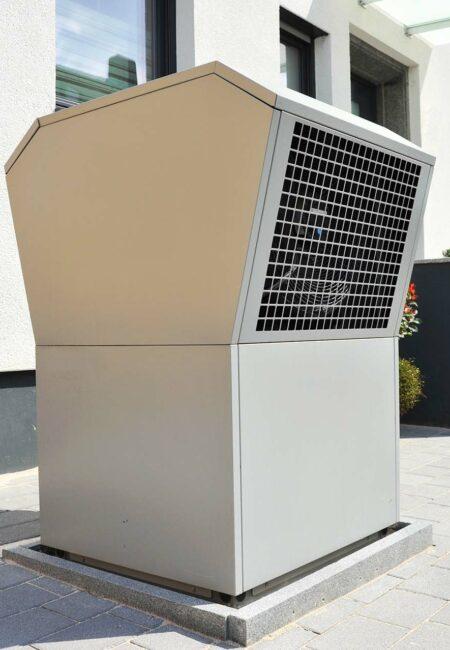 Luftwärmepumpe für Heizung und Warmwasser vor einem Niedrigene